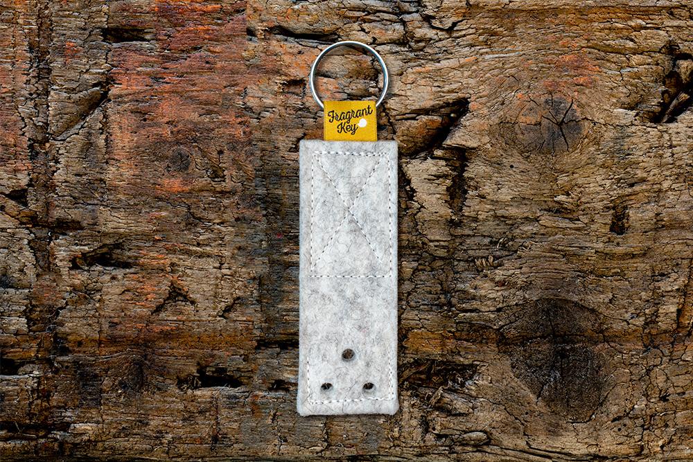 Naturfilz Schlüsselanhänger mit Duftfunktion  weiß meliert